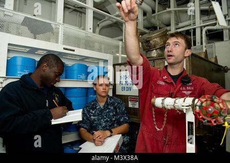 Roten Meer (Sept. 6, 2013) Schäden Controlman 1. Klasse Kody Boger gibt Matrosen Training auf wasserfilmbildender - Stockfoto