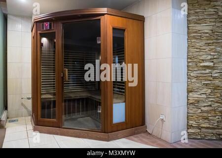 Eine kleine hölzerne infrarered Sauna stand in einem Spa. Infrarot Saina Hütte in einem kleinen Home Spa - Stockfoto