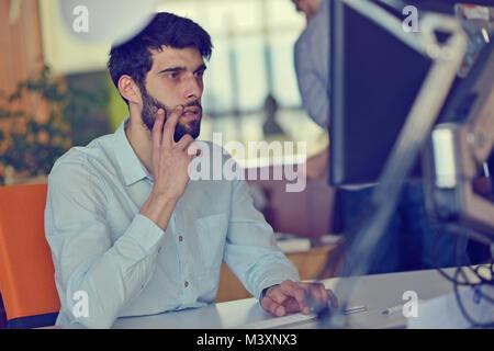 Unternehmen, Neugründung und Personen Konzept - Geschäftsmann oder kreative männlichen Büro mit Computer Kaffee - Stockfoto