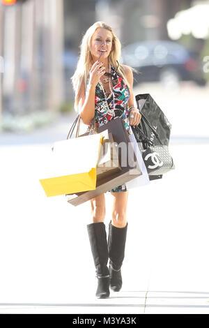 Eine Dame trägt Chanel shopping in Beverly Hills, Kalifornien - Stockfoto
