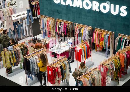 Reine London H/W 2018/19, Olympia, London, UK. Reine London ist der größte britische Handel Mode Ausstellung, bei - Stockfoto