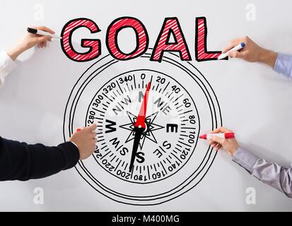 Das Geschäft von Menschen Hand zeichnen das Ziel das Konzept und Kompass Bild auf weißem Hintergrund - Stockfoto