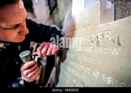 Letter-carver Ollie Laughton, von Tilley Steinmetze von Brighton, East Sussex, prüfen Sie den Grabstein von Tom - Stockfoto