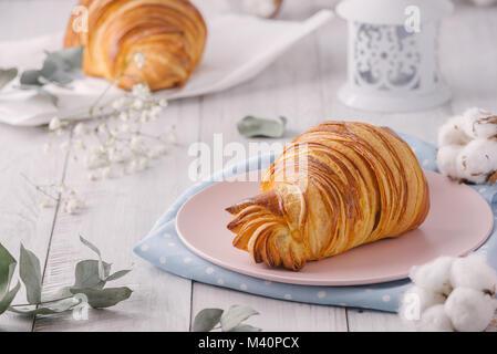 Ein köstliches kontinentales Frühstück mit frischen flockig französischen Croissants, Nahaufnahme auf die Croissants. - Stockfoto