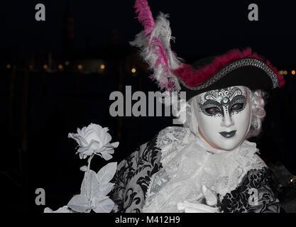 Männliche Karneval goer im traditionellen Kostüm und Maske mit zurück zu den Grand Canal, Gondeln und San Giorgio - Stockfoto
