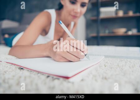 Close up portrait von frau Hand mit Bleistift Schreiben in copybook, unscharfen Hintergrund der Mädchen mit auf - Stockfoto