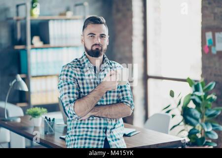 Kaffee - Zeit bei der Arbeit. Portrait von zufriedenen herrliche zuversichtlich Arbeitgeber trinken heiße frische aromatische Latte im Büro Stockfoto