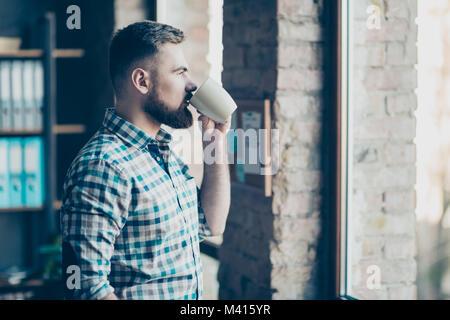 Portrait von zuversichtlich Erfahrene ruhige friedliche konzentriert Bärtigen hübscher Kerl mit einer Wiederherstellung - Stockfoto