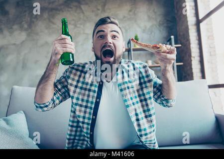 Portrait von Glücklich, aufgeregt, erstaunt, überrascht, erstaunt, fröhlichen bärtigen Kerl legere Kleidung, er - Stockfoto