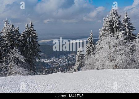 Panoramablick im Winter von Feldberg Taunus an die Gemeinde Niederreifenberg - Stockfoto