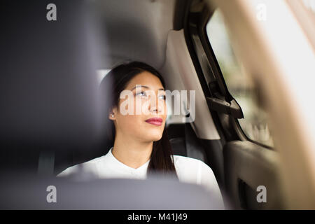 Geschäftsfrau Blick aus Fenster von Taxi - Stockfoto