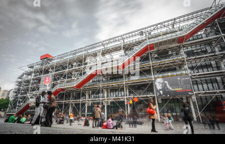 PARIS - 15. Mai: lange Exposition der Fassade des Centre Georges Pompidou am 15. Mai 2015 in Paris, Frankreich. - Stockfoto