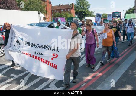 Psychische Gesundheit Widerstand Netzwerk Protest campiagners März entlang der Hauptstraße ein gegen die mental - Stockfoto