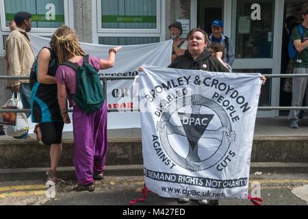 Paul Peters hält einen DPAC-Fahne an der psychischen Gesundheit Widerstand Netzwerk Protest gegen Putting mental - Stockfoto