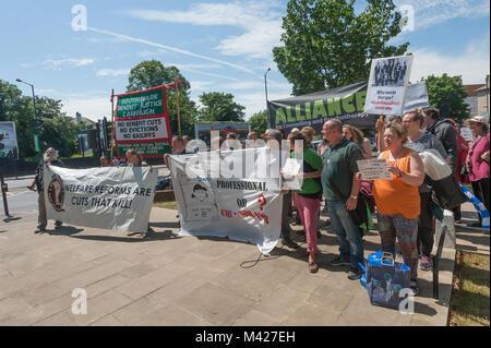 Psychische Gesundheit Widerstand Netzwerk Mitkämpfern posieren für ein Foto vor dem Marsch gegen die mental health - Stockfoto