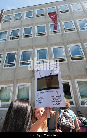 Psychische Gesundheit Widerstand Netzwerk Demonstranten, die in der Tagung feiern Putting mental health services - Stockfoto