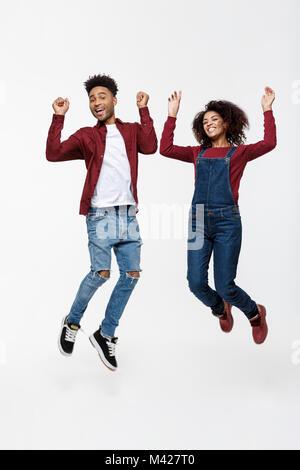Lifestyle, Glück und Personen Konzept: Glückliche junge schöne Afrikanische amerikanische Paar über hellen grauen - Stockfoto
