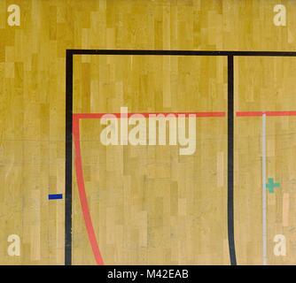 Abgenutzte Holzboden von sporting Hall mit schwarz-roten Markierungslinien. Ecke des Spielfeld - Stockfoto