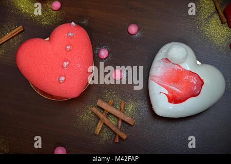 Zwei valentine Kuchen auf einem Holztisch. Cupcakes mit Dekorationen für Valentines Tag. - Stockfoto