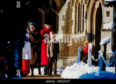 Der britischen königlichen Familie, angeführt von der Königin nach dem traditionellen Weihnachtsmarkt Besuch von - Stockfoto