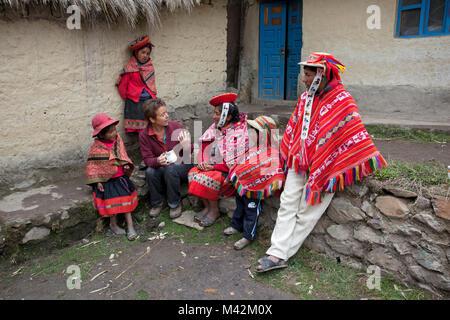 Peru, Patakancha, Patacancha, Dorf in der Nähe von Ollantaytambo. Indische Familie in traditioneller Kleidung und - Stockfoto