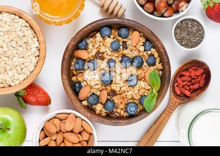 Hausgemachtes Müsli mit Nüssen und Rosinen, Blaubeeren, Getrocknete Goji Beeren, Chia Samen und Joghurt. Ansicht - Stockfoto