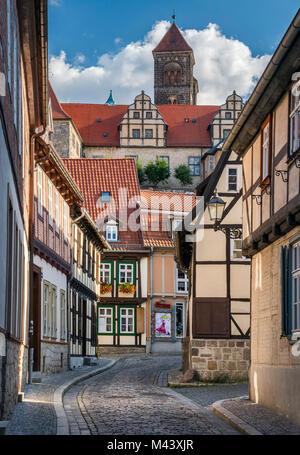 Fachwerkhäuser in der Nähe von Schlossberg (Burgberg), Turm von St. Servatius Kirche (Stiftskirche) oben, in Quedlinburg, - Stockfoto