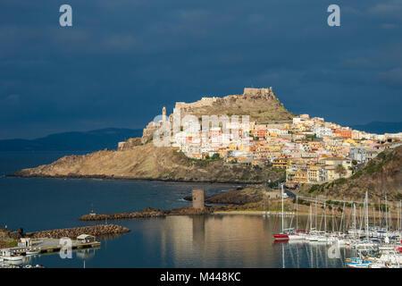 Dramatische Licht über der Altstadt von Castelsardo mit seiner Yacht Hafen, Sardinien, Italien - Stockfoto