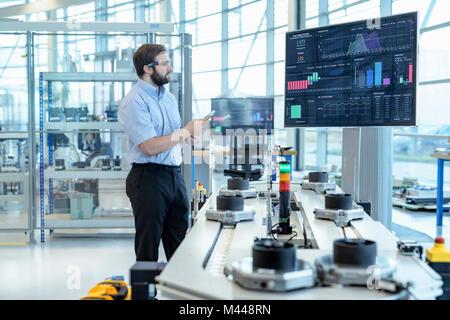 Ingenieur Produktion testen einen Roboter Simulator in Robotics Research Facility - Stockfoto