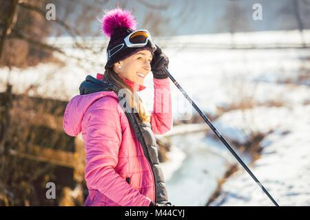 Passende Frau Nordic Walking im Winter Landschaft - Stockfoto
