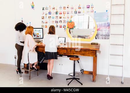 Kollegen in Creative Studio Diskussion haben, können Sie über Computer - Stockfoto