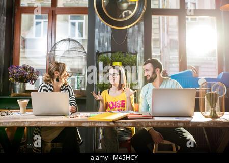 Gruppe Leute zusammen im Cafe arbeiten - Stockfoto