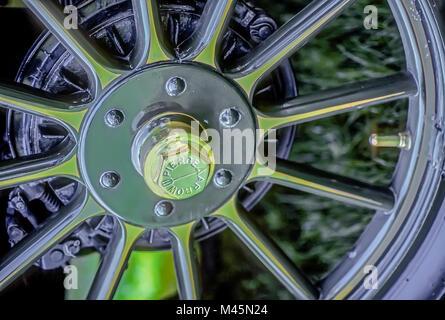 Nahaufnahme eines Messing Rad von einem 1911 Pierce Arrow vintage Automobile. - Stockfoto