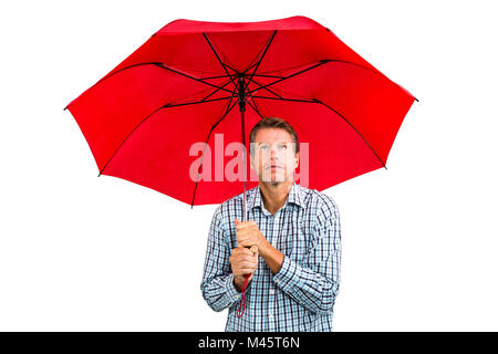 Angst Mann blickte roten Regenschirm mit gedrückter - Stockfoto
