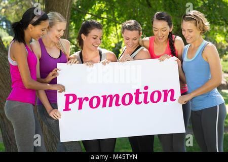 Aktion gegen Fitness Gruppe Holding Plakat im park - Stockfoto