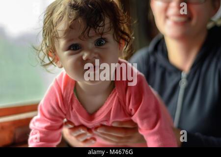 Eine junge Mutter fährt in Gläser zusammen mit einer wunderschönen Tochter - Stockfoto