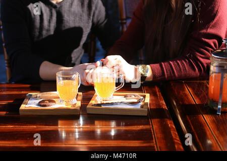 Paar in der Nähe von Tabelle mit Sanddorn Brühe in Cafe discu - Stockfoto
