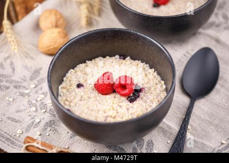Stillleben mit Haferflocken und frischen Himbeeren. Nützliche Frühstück. - Stockfoto
