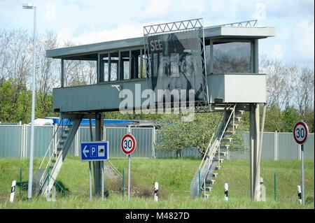 Beobachtung Brücke mit Bild von DDR-Grenzsoldaten sehen Sie im ehemaligen Kontrollpunkt und Passkontrolle Ständen - Stockfoto