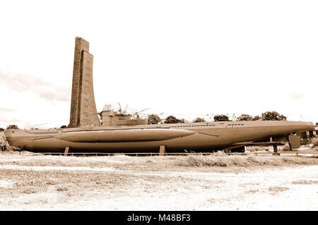 U-Boot und dem Marine-Ehrenmal in Laboe Deutschland sepia - Stockfoto