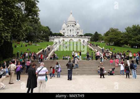 PARIS, Frankreich, 22. JULI 2011: Touristen schlendern Sie in Montmartre Viertel in Paris, Frankreich. Paris ist - Stockfoto
