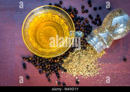 In der Nähe von Kaffee von schwarzem Pfeffer, Piper nigrum, mit schwarzem Pfeffer und Pulver. - Stockfoto