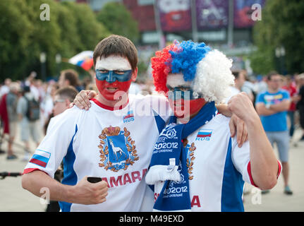 EURO 2012. National Stadium, Warschau. Russland/Griechenland. Vor dem Match, zwei russischen Fans außerhalb des - Stockfoto