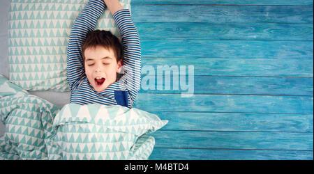 Acht Jahre alten Kind schlafen im Bett auf das Kopfkissen - Stockfoto