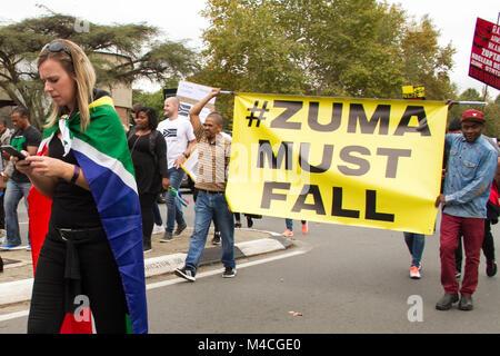 Johannesburg, Südafrika. 7 Apr, 2017. Demonstrant gesehen halten ein Banner mit folgendem Zuma muss während der - Stockfoto