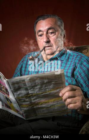 Schockierend tägliche Nachrichten für ein Opa - Stockfoto