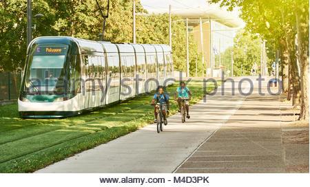 Zwei schwarze Ethnizität Jungen auf erben Fahrräder in Frankreich - Stockfoto
