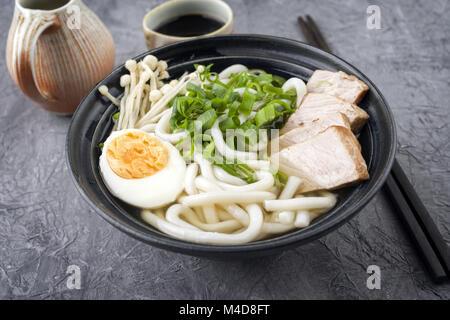 Huhn Udon Suppe in der Schüssel - Stockfoto