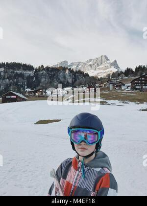 Porträt eines Jungen tragen Schutzbrille und Ski Ski Helm - Stockfoto