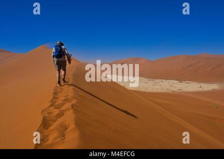 Menschen wandern bis oben Deadvlei Düne, Sossusvlei, Namibia - Stockfoto